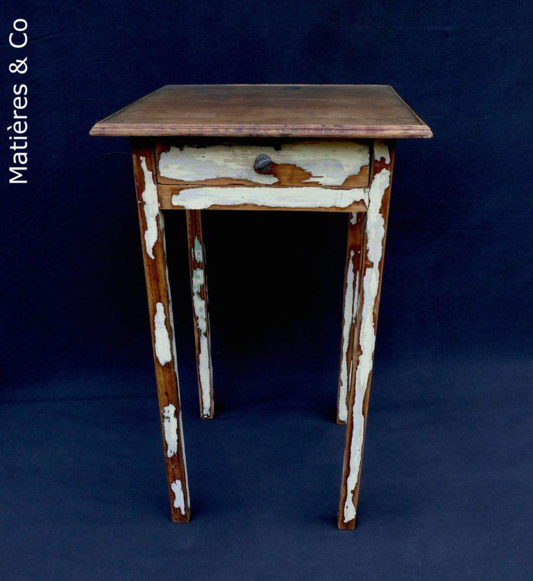 Petite table à tiroir avec dessus verre. Sa patine laisse apparaître son histoire ...L 47cm P 47CM H 79cm130€ Intéressé.e ?Contactez-nous au 0611281183.