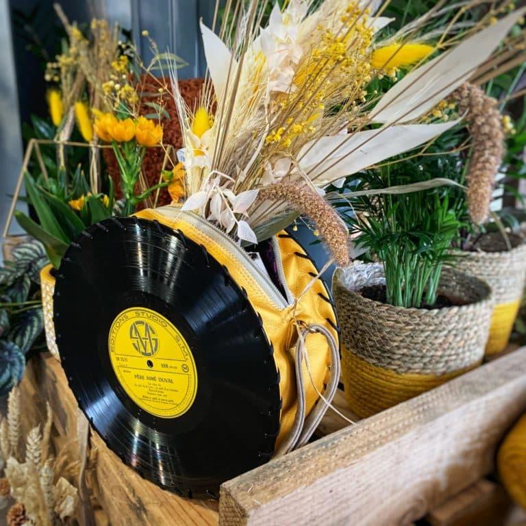 Sac à main vinyle de taille moyenne avec simili cuir jaune doré Bandoulière réglable beige Doublure et poche intérieure 45€ Intéressé.e ?Contactez-nous au 0611281183.